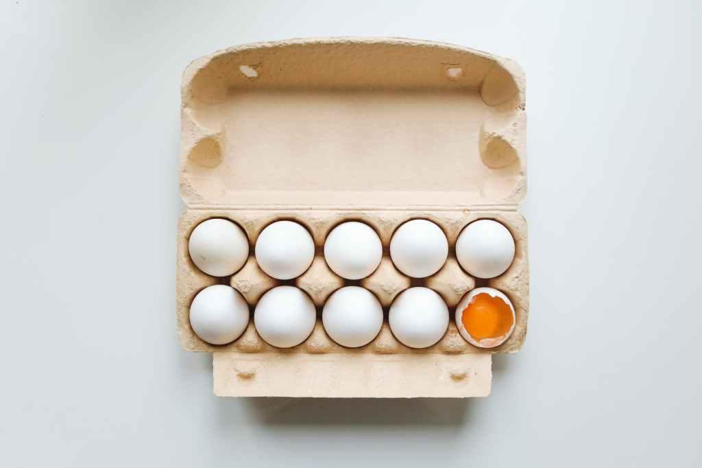 Caixa de ovo quebrada, como desperdiçamos alimentos com embalagens ruins